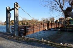 Träbro på sjön Fotografering för Bildbyråer