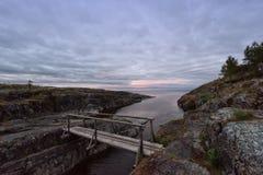Träbro på solnedgången Arkivfoton