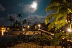 Träbro på stranden på nattetid fotografering för bildbyråer