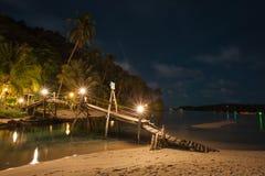Träbro på stranden på nattetid royaltyfri fotografi