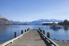 Träbro på Wanaka sjön i Nya Zeeland Arkivbilder
