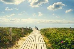 Träbro till havet Himlen med härliga moln rekreation Resor Arkivbilder