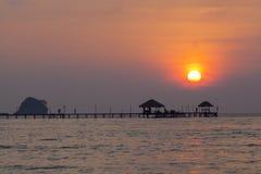 Träbro till havet i aftontid Arkivfoton