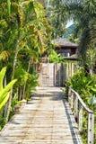 Träbro till ingången till villan av semesterorten Fotografering för Bildbyråer