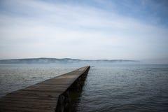 Träbro till sjön Royaltyfria Bilder