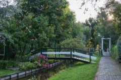 Träbroar i lilla byn Haaldersbroek nära Zaandam, Nederländerna Fotografering för Bildbyråer