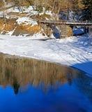 Träbron i vinter parkerar arkivbild