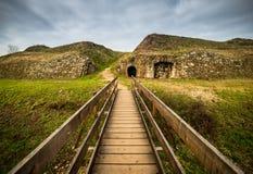 Träbron och gammalt fördärvar i fästning-staden Palmanova, Italien Arkivbilder