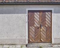 Träbrun dörr, Munchen, Tyskland Arkivfoton