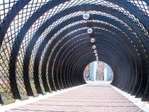 Träbruna halv-cirkulär bågar står bredvid de fotografering för bildbyråer