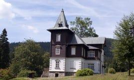 Träbrunnsortbyggnader i Karlova Studanka Arkivfoton
