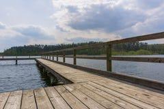 Träbrygga eller pir på sjön Royaltyfria Bilder