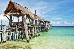 Träbrygga i tropisk strand av den Ko Samet ön Royaltyfri Fotografi