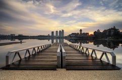 Träbrygga och härligt landskap av lakeshore över soluppgångbakgrund royaltyfri bild