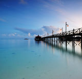 Träbrygga på soluppgång, Mabul ö Sabah Borneo Arkivbilder