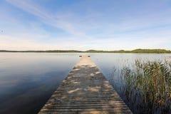Träbrygga på Ungurs sjön i Lettland Arkivfoton