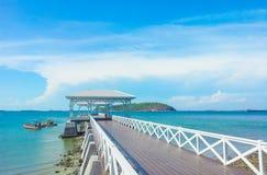 träbryggagångbana med pavillion till havet Arkivbilder