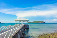 träbryggagångbana med pavillion till havet Arkivfoto