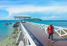 träbryggagångbana med pavillion till havet Arkivbild