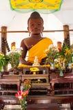 TräBuddhastaty på den Wang wiwekaramtemplet arkivfoto