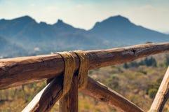 Träbunden journalräcke fotografering för bildbyråer