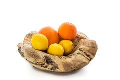 Träbunke med apelsiner och citroner Arkivfoton