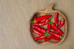Träbunke med peppar för röd chili (och utrymme för text) Royaltyfria Foton
