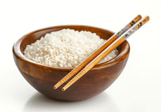 Träbunke med ris och pinnar Royaltyfri Foto