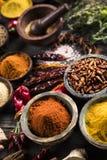 Träbunke, varma kryddor Arkivfoton