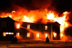träburning hus Royaltyfri Bild