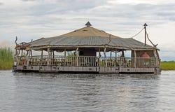 Träbyggnad på den Chobe floden Royaltyfri Bild