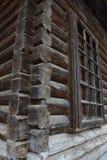 Träbyggnad som byggs på slutet av det 19th århundradet without, spikar i Ryssland Royaltyfria Bilder