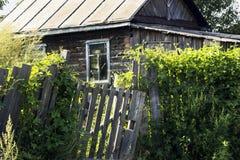 Träbyhus som förstörs och överges nästan Liten lantgård Royaltyfri Foto