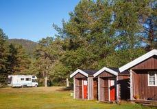 Träcampa kabiner på en campingplats i Norge Skandinavien arkivbilder