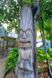 Träcarvings för forntida Polynesian stiltiki i den Waikiki stranden fotografering för bildbyråer