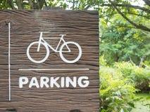 Träcykeln undertecknar in parkera Royaltyfria Bilder