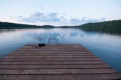 Trädäck/flotte på en sjö Fotografering för Bildbyråer