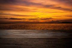 Trädäck som fördjupa in i havet Royaltyfria Bilder