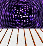 Trädäcket med snow och vinkar blur tänder bakgrund Fotografering för Bildbyråer