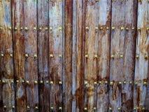 Trädörr för forntida tappning med metallgarneringar Royaltyfri Fotografi