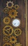 Trädörr i kafét som dekoreras i form av klockakugghjul och klockor Arkivbild