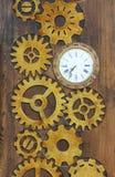 Trädörr i kafét som dekoreras i form av klockakugghjul och klockor Arkivbilder