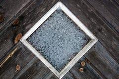 Trädörr med fönstret som täckas med iskristaller Royaltyfri Fotografi