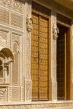 Trädörr och prydnad på väggen av slotten i det Jaisalmer fortet, Indien Royaltyfria Foton
