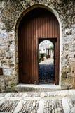 Trädörrar/bana till och med den gamla staden Royaltyfria Bilder