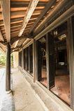 Trädörrar för forntida tempel i komplexet av graven för konung Minh Mang Royaltyfria Foton