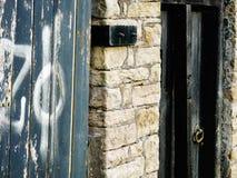 Trädörrar med grafittidetaljlantbrukarhemmet Fotografering för Bildbyråer