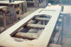 Trädörren i produktion i shoppar Fabriksdörrar royaltyfri foto