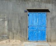 Trädörren med den gråa väggen i Tra Vinh, Vietnam Arkivfoton