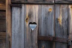 Trädörren med hjärta Bakgrund Arkivbild